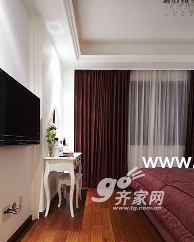 墙面的欧式壁纸与实木线条搭配的完美